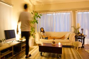 家でリラックスするカップルの素材 [FYI01078375]