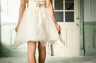 靴を脱いだドレス姿の女性の後ろ姿の素材 [FYI01078377]