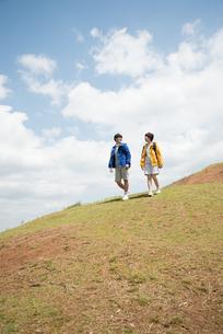 山を歩いている男女の素材 [FYI01078379]