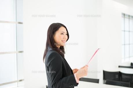 ファイルを持っている女性の素材 [FYI01078396]