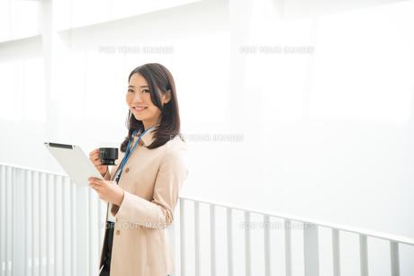 タブレットとコーヒーを持っている女性の素材 [FYI01078400]