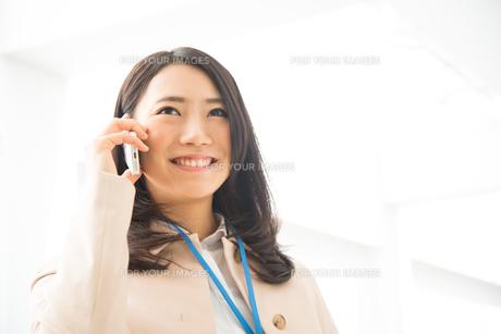 笑顔で電話をしている女性の素材 [FYI01078404]