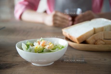 食パンとサラダとグラスを持っている女性の素材 [FYI01078407]