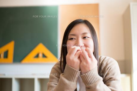教室でパンを食べている女子高校生の素材 [FYI01078409]