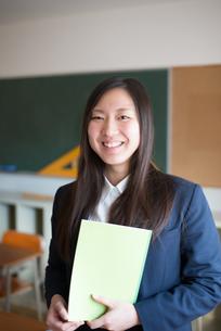 ノートを持って笑っている女子高校生の素材 [FYI01078412]