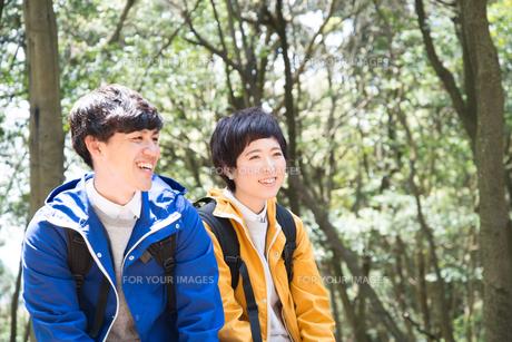 森の中で笑っている男女の素材 [FYI01078417]