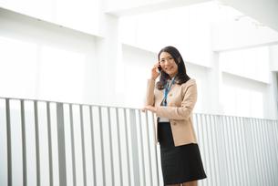 笑顔で電話をしている女性の素材 [FYI01078419]