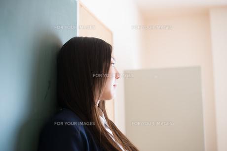 黒板の前で横を向いている女子高生の素材 [FYI01078420]