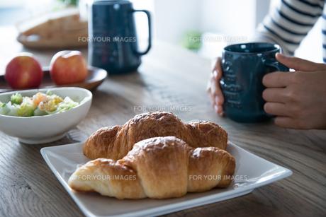 朝食風景と女性の手元の素材 [FYI01078424]