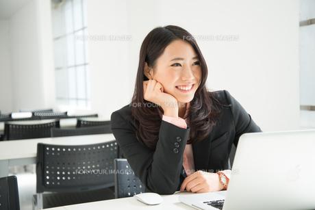 頬杖をついて笑っている女性の素材 [FYI01078426]