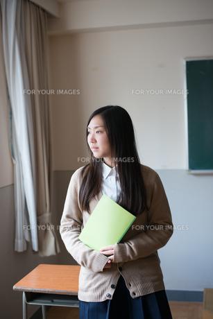 ノートを持っている女子高校生の素材 [FYI01078429]