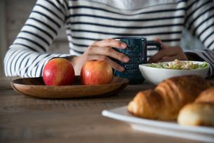 朝食風景と女性の手元の素材 [FYI01078435]