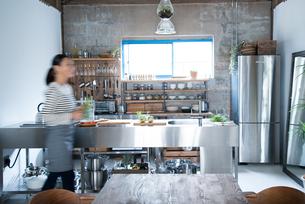 キッチンで動いている女性の素材 [FYI01078436]