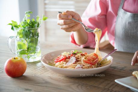 パスタを食べようとしている女性の手元の素材 [FYI01078439]