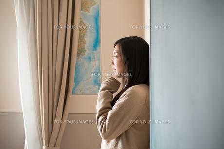 壁にもたれている女子高校生の素材 [FYI01078441]