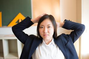 頭の後ろに手を持って行っている女子高校生の素材 [FYI01078444]