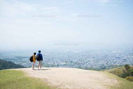 山の上に立つ男女の素材 [FYI01078445]