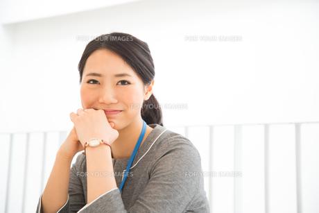 オフィスで笑っている女性の素材 [FYI01078446]