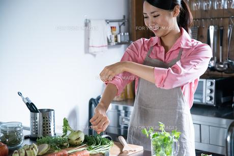 キッチンで腕まくりをしている女性の素材 [FYI01078454]