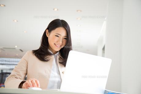 ノートパソコンで仕事をしている女性の素材 [FYI01078457]
