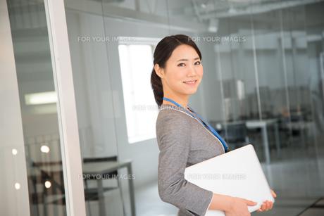 ノートパソコンを抱えている女性の素材 [FYI01078459]
