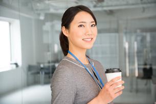 コーヒーを持っている女性の素材 [FYI01078460]