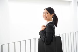 スーツ姿で笑っている女性の素材 [FYI01078461]