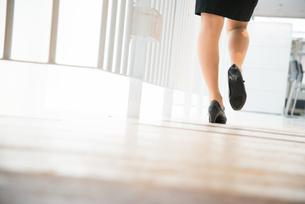 オフィスを歩いている女性の足の素材 [FYI01078465]