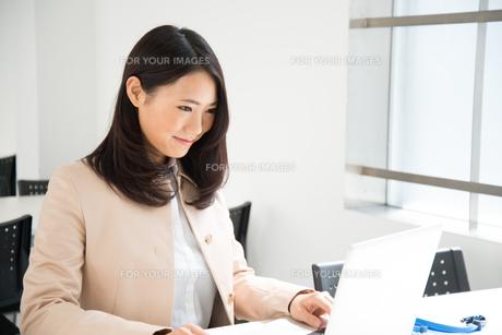 ノートパソコンで仕事をしている女性の素材 [FYI01078467]