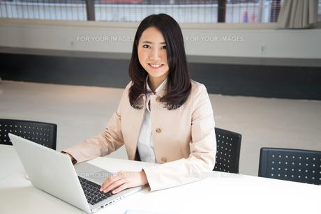 ノートパソコンで仕事をしている女性の素材 [FYI01078480]