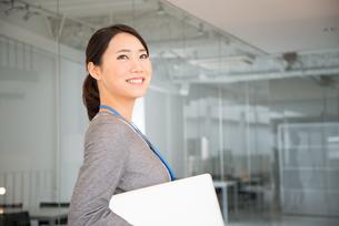 ノートパソコンを抱えている女性の素材 [FYI01078485]