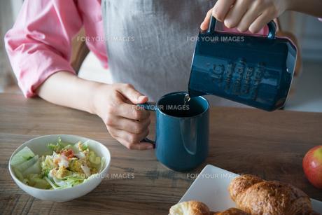コーヒーを注いでいる女性の手元の素材 [FYI01078488]