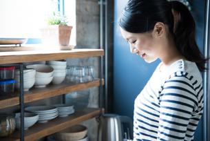 キッチンで横を向いている女性の素材 [FYI01078491]