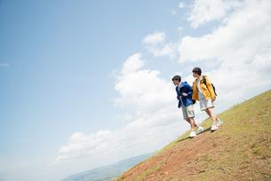 山を歩いている男女の素材 [FYI01078495]
