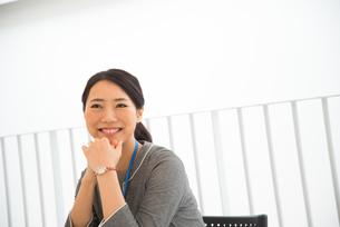 オフィスで笑っている女性の素材 [FYI01078499]