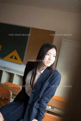 教室で横を向いている女子高校生の素材 [FYI01078510]