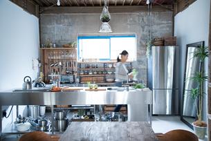 キッチンで動いている女性の素材 [FYI01078512]