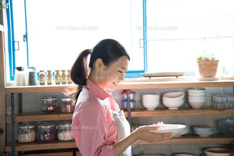 パスタを持って笑っている女性の素材 [FYI01078516]