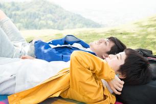 ピクニックマットの上に寝転がる男女の素材 [FYI01078522]