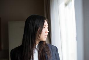 窓の外を眺めている女子高校生の素材 [FYI01078528]