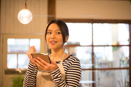 カフェで働いている女性の素材 [FYI01078543]