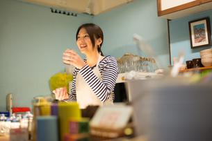 カフェで働いている女性の素材 [FYI01078550]