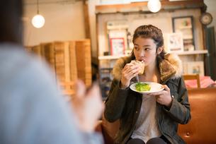 カフェでサンドイッチを食べている女性の素材 [FYI01078553]