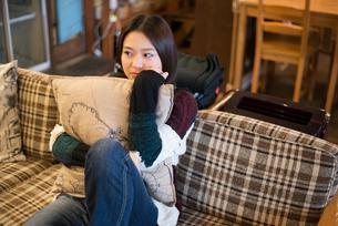 ソファでリラックスをしている女性の素材 [FYI01078554]