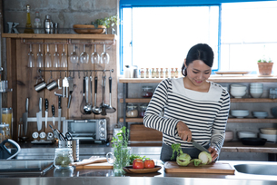 キッチンで野菜を切っている女性の素材 [FYI01078555]