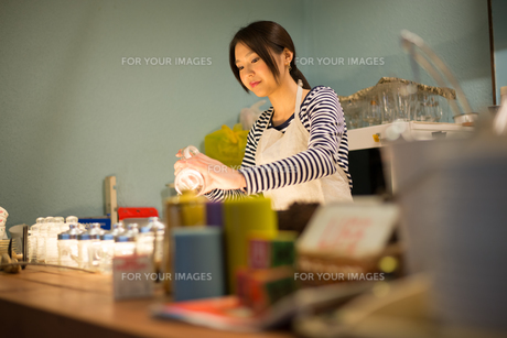 カフェで働いている女性の素材 [FYI01078558]