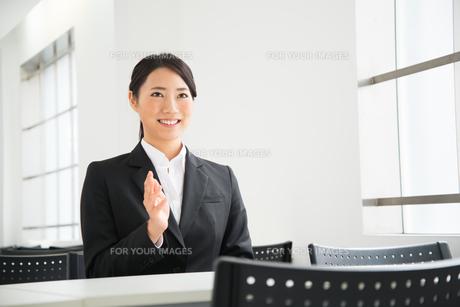 面接中のスーツ姿の女性の素材 [FYI01078562]