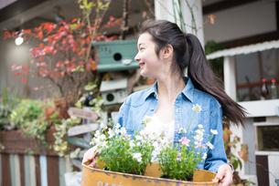 お花を持っている女性の素材 [FYI01078564]