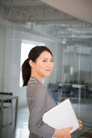 ノートパソコンを抱えている女性の素材 [FYI01078568]