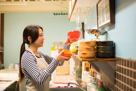 カフェで働いている女性の素材 [FYI01078571]
